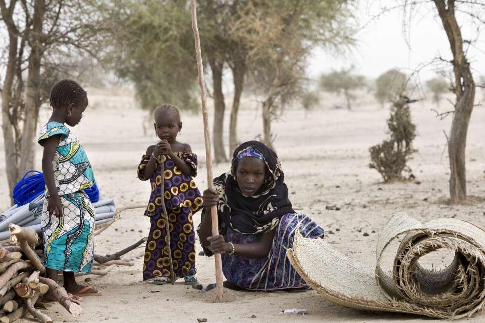 ผู้ลี้ภัยชาวไนจีเรียขุดหลุมเพื่อวางเสาที่พักพิงชั่วคราวที่ค่ายซายาม โฟเรจ ในเขตเมืองดิฟฟา สาธารณรัฐไนเจอร์
