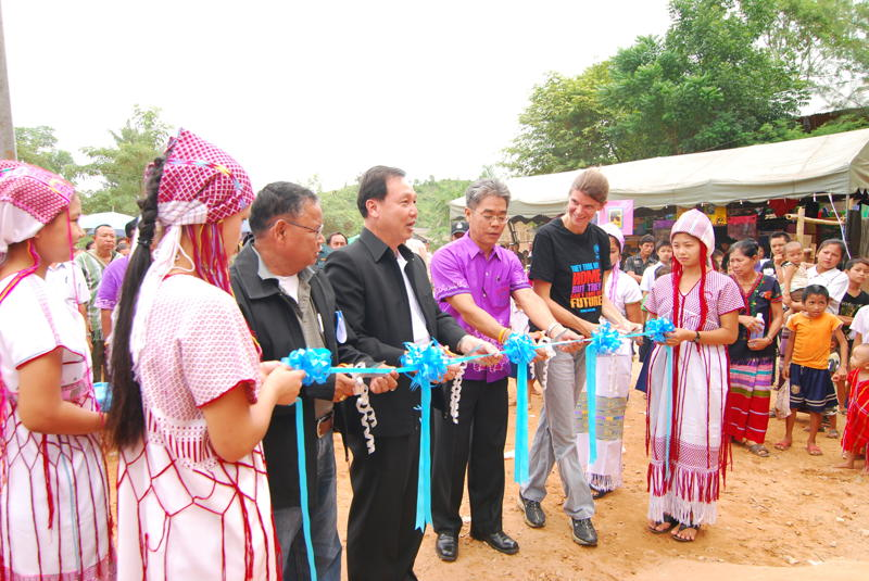 Mr. Kitti Sapvisut Vice Governor of Ratchaburi and Emily Bojovic, UNHCR Protection Officer joinly cut the ribbon to open the ceremony