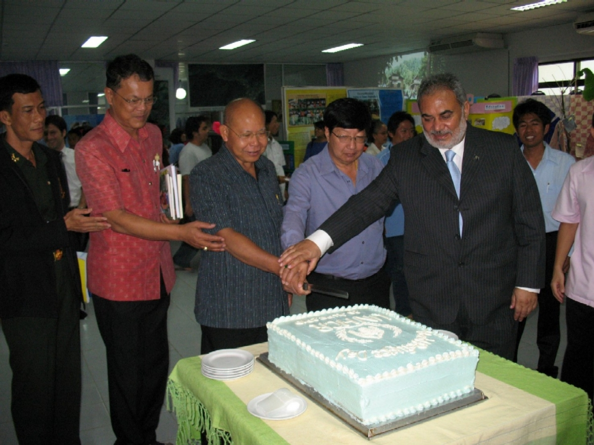 Mr. Naeem J.Durrani from UNHCR and Mae Hong Son Vice-Governor, Mr. Thaweesak Wattanathammarak jointly cut the cake to celebrate World Refugee Day.