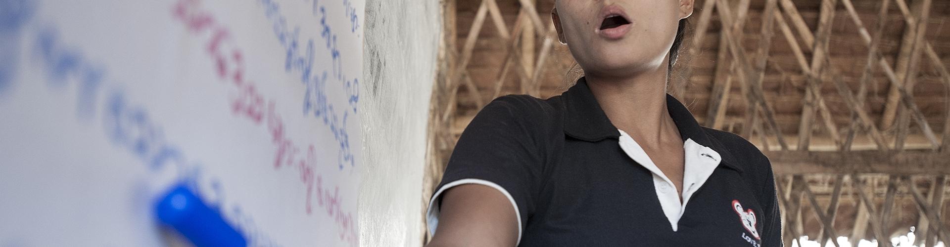 คุณครูซู เมย์ กำลังสอนภาษากะเหรี่ยงให้กับเด็กๆผู้ลี้ภัยในค่ายเพื่อให้พวกเขาได้มีความรู้และรักษาวัฒนธรรมบ้านเกิด