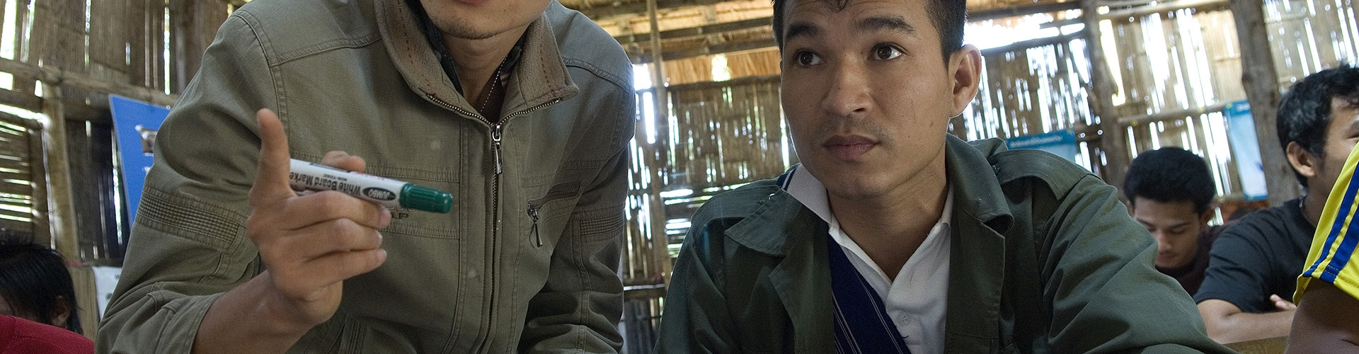ครูกำนล ไชยเลิศกำลังสอนภาษาไทยในค่ายผู้ลี้ภัย