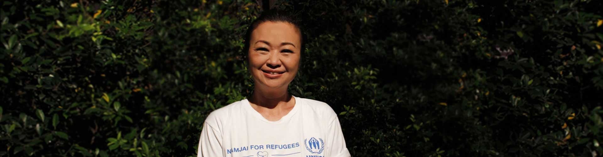 Jennifer Kim with Kong Saharat's t-shirt online auction mission in Namjai for Refugees