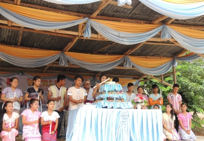Every child, who was born in Tham Hin camp in 1997 – the establishment year of Tham Hin camp, has lid the candles and taken a moment of silence together with the audiences.