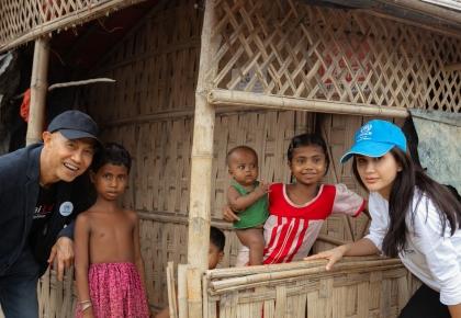 คุณไปรยา ลุนด์เบิร์ก ทูตสันถวไมตรี UNHCR ลงพื้นที่ค่ายผู้ลี้ภัยชาวโรฮิงญา ร่วมด้วยคุณสุทธิชัย หยุ่น  ©UNHCR/Thanasade Tantiwarodom