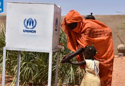ผู้ลี้ภัยชาวซูดานใต้กำลังล้างมือจากจุดจ่ายน้ำสะอาด หนึ่งในมาตรการการป้องกันการแพร่ระบาดของโรคติดต่อและเชื้อไวรัส COVID-19 ก่อนเข้ารับการลงทะเบียนในค่ายผู้ลี้ภัยประเทศซูดาน © UNHCR/Modesta Ndubi