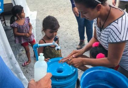 UNHCR บราซิล ดำเนินการการป้องกัน COVID-19 ตามมาตรการในเมืองโบอา วิสตา หนึ่งในมาตรการคือการติดตั้งแอลกอฮอล์เจล รวมถึงจุดล้างมือตามจุดต่างๆ ในที่พักพิงชั่วคราวของผู้ลี้ภัยและผู้พลัดถิ่นชาวเวเนซุเอลา © UNHCR/Matheus Felipe Pereira de souza