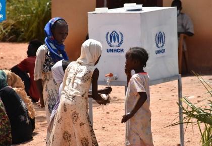 เด็กๆ ผู้ลี้ภัยชาวซูดานใต้กำลังล้างมือด้วยน้ำสะอาดและสบู่ที่ UNHCR ติดตั้งตามมาตรการการป้องกันเพื่อลดความเสี่ยงจากการแพร่ระบาดของไวรัสและโรคติดต่อในค่ายผู้ลี้ภัยประเทศซูดาน © UNHCR/Modesta Ndubi