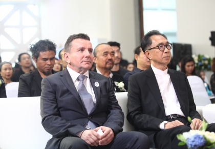 From left: Mr. François Marrillet, the senior program officer of UNHCR and Mr. Satit Limpongpan, Commission Chairman driven economic reform