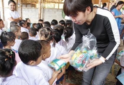 ดีเจพี่อ้อย มอบของให้เด็กๆผู้ลี้ภัย