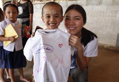มอบเสื้อให้น้องๆผู้ลี้ภัย