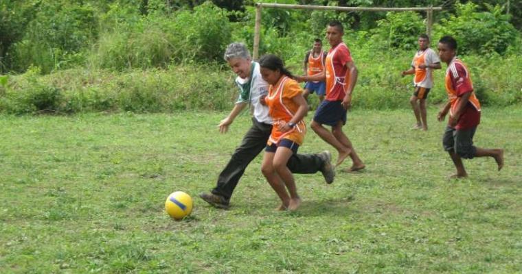 เจ้าหน้าที่ยูเอ็นเอชซีอาร์แข่งบอลกับเด็กหญิงชาวเผ่าฮิตนู