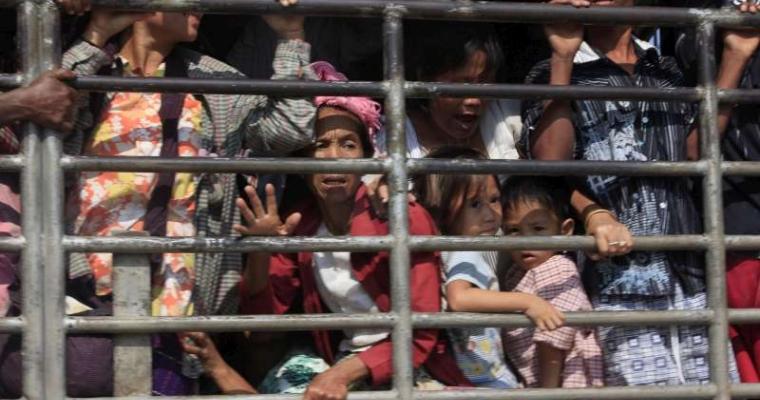 กลุ่มผู้ลี้ภัยจากพม่านั่งในรถกระบะใกล้อ.แม่สอดในวันอังคาร