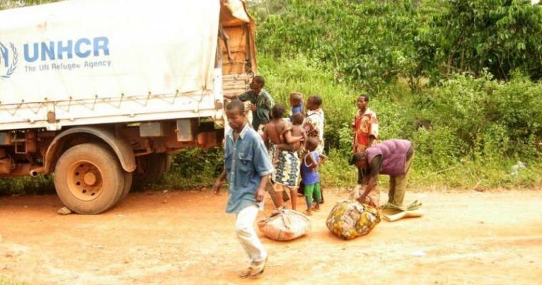 ผู้ลี้ภัยจากไอเวอรี่ โคสต์ หนีเข้ามาพักพิงในไลบีเรีย พวกเขากำลังเดินทางจากชายแดนไปยังศูนย์ให้ความช่วยเหลือ
