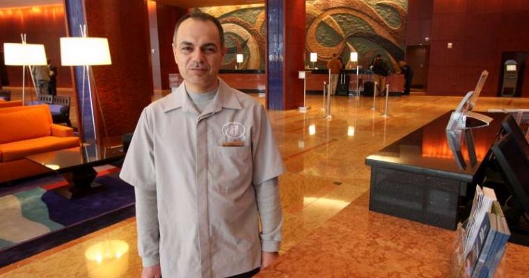 ริฟาด จัสมิน เข้าทำงานที่โรงแรม Hilton Baltimore เป็นเวลา 3 เดือนแล้ว เขาเคยป็นพนักงานของสถานทูตอเมริกาประจำประเทศอิรัก  เขาได้รับการส่งตัวมายังประเทศสหรัฐอเมริกาหลังจากถูกขู่เอาชีวิต