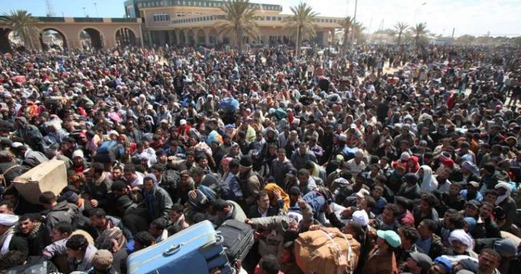 ผู้อพยพหลายพันคนรอที่ชายแดนด้วยความหวังว่าจะเดินทางออกจากลิเบียผ่านตูนีเซีย