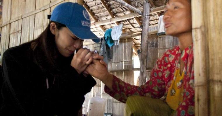 เหยา เชน กลั้นน้ำตาไว้ไม่อยู่ หลังจากได้ฟังเรื่องของหญิงชาวกะเหรี่ยงอายุ 39 ปี นอว์ โรซา ถูกประหัตประหารอย่างไรบ้างในพม่า ตั้งแต่อายุ 5 ขวบ ขณะที่ทั้งหมู่บ้านถูกเผา