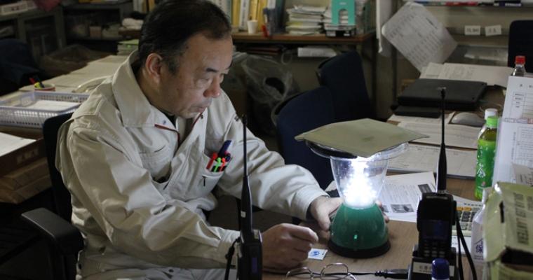 ก่อนทำการแจกจ่าย เจ้าหน้าที่รัฐบาลทดสอบตะเกียงแสงอาทิตย์ของยูเอ็นเอชซีอาร์ว่าประสิทธิภาพเพียงใด