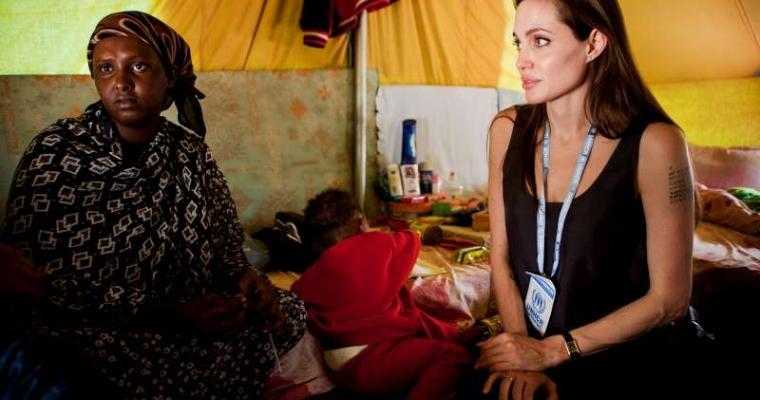 ทูตสันทวไมตรีของยูเอ็นเอชซีอาร์ แองเจลิน่า โจลี พูดคุยกับผู้ลี้ภัยชาวโซมาเลียในค่ายผู้ลี้ภัยชูชา บริเวณชายแดนตูนีเซีย และลิเบีย