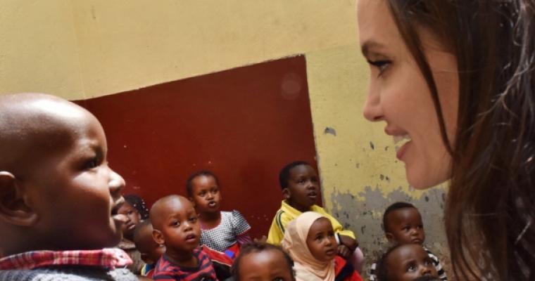 """แองเจลีน่า โจลีเรียกร้องให้มีการสะท้อน """"ความเจ็บปวดและความทุกข์ยาก"""" ของเด็กผู้ลี้ภัยในช่วงที่เธอได้เข้าเยี่ยมศูนย์พักพิงเด็กและเยาวชนหญิงในไนโรบีเนื่องในวันผู้ลี้ภัยโลก"""