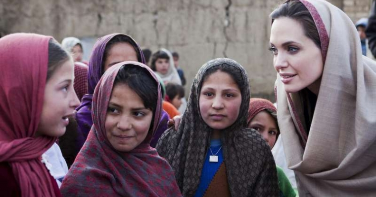 แองเจลิน่า โจลี่ พบเด็กนักเรียนหญิงที่หมู่บ้านในอัฟกานิสถาน เธอได้รับแต่งตั้งให้เป็นผู้แทนพิเศษของข้าหลวงใหญ่ฯ ยูเอ็นเอชซีอาร์ นายอันโตนิโอ กุเตอเรส