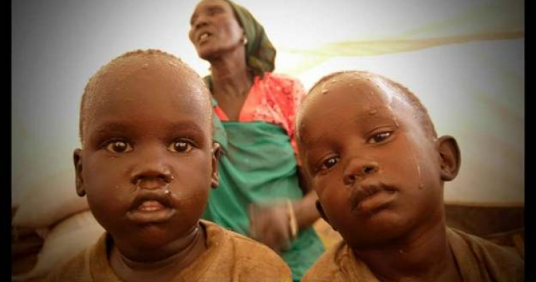 ท่ามกลางความสับสนในสถานการณ์รุนแรง ผู้ลี้ภัยจากประเทศซูดานต้องพลัดพรากจากบุคคลอันเป็นที่รัก สำหรับบางคน พวกเขาได้รับข่าวร้าย เด็กชายฝาแฝดสองคนนี้กำลังถามหาพ่อแม่ของตน โดยที่ไม่รู้เลยว่าพวกเขาได้เสียชีวิตไปแล้ว