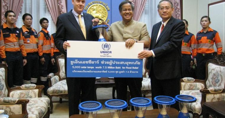 มร.เจมส์ ลินช์ ผู้แทนข้าหลวงใหญ่ผู้ลี้ภัยแห่งสหประชาชาติ (ยูเอ็นเอชซีอาร์) ประจำประเทศไทย มอบตะเกียงพลังงานแสงอาทิตย์จำนวน 5,000 ชุด มูลค่า 7.5 ล้านบาทแก่นายพระนาย สุวรรณรัฐ ปลัดกระทรวงมหาดไทย