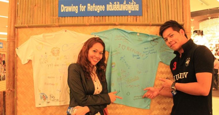 """""""อย่ายอมแพ้"""" คือข้อความบนเสื้อที่พวกเขาเขียนถึงผู้ลี้ภัย จากเกมแต้มสีสันเพื่อผู้ลี้ภัยในนิทรรศการยูเอ็นเอชซีอาร์ที่สยามพารากอน วันที่ 26 มี.ค 55"""