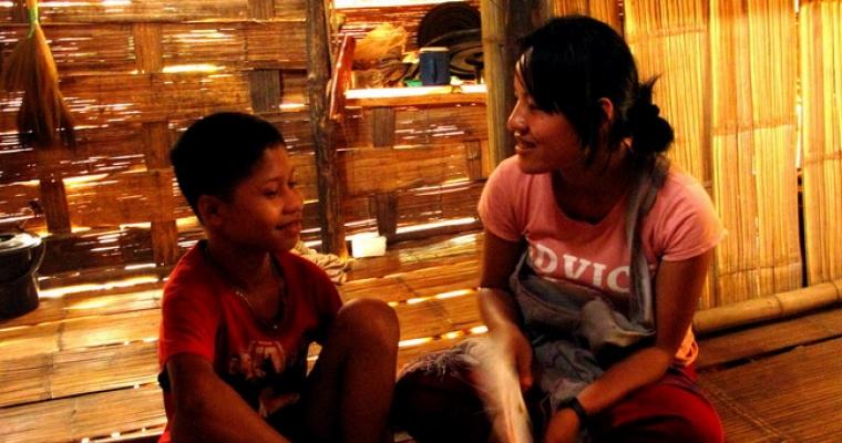 มาริเดียพูดคุยกับซอ มิ เตะ ในบ้านน้าชายของเขา