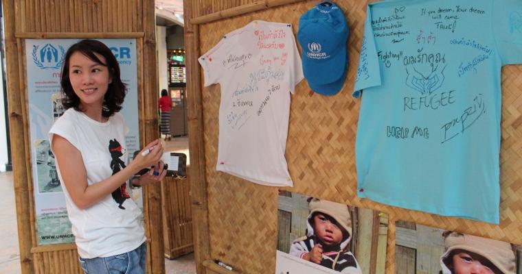 ผู้สนับสนุนยูเอ็นเอชซีอาร์สนุกสนานกับการเขียนข้อความให้กำลังใจผู้ลี้ภัย