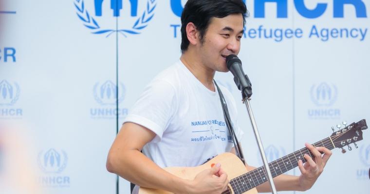 สแตมป์ อภิวัชร์ เอื้อถาวรสุข ผู้สนับสนุนที่มีชื่อเสียงของ UNHCR ร่วมภารกิจปันน้ำใจเพื่อผู้ลี้ภัยในแคมเปญ Namjai for Refugees