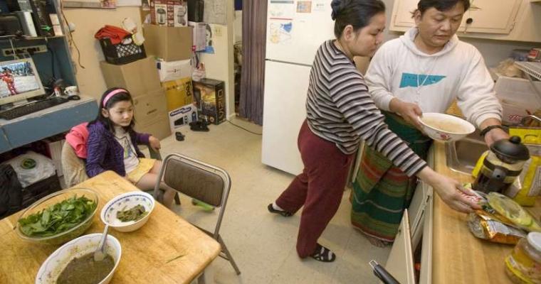 เซอ เซ ภรรยาของเขา เซอ เคิล และลูกสาว มะ มะ ชาเรล ร่วมทานอาหารเช้าที่บ้านในเมืองหลุยส์วิลล์