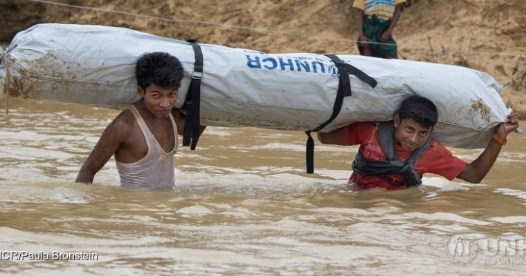 หลายหมื่นคนลี้ภัยทุกวัน พวกเขาเหนื่อยล้า หิวโหย และเจ็บป่วยหลังจากต้องเดินเท้าหลายวันลี้ภัยข้ามป่า ข้ามภูเขา และแม่น้ำ และมีเพียงเสื้อผ้าเท่านั้นที่นำติดตัวมาด้วย