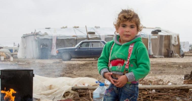 เด็กผู้ลี้ภัยชาวซีเรีย วัย 4 ขวบยืนเท้าเปล่าหน้าที่พักพิงชั่วคราวของครอบครัวที่หุบเขาบีก้า ประเทศเลบานอน © UNHCR/Dalia Khamissy