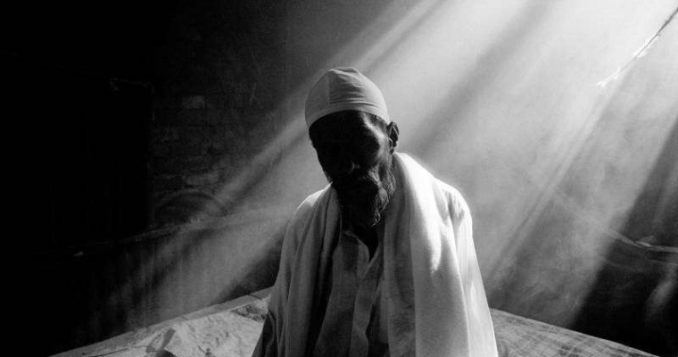 ค้นหาตัวตน ชายชาวบิฮารีอายุ 75 ปีป่วยและนั่งอยู่คนเดียวในห้องของเขาในค่ายที่ประเทศบังคลาเทศ