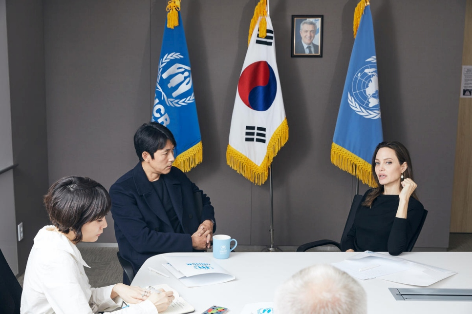 UNHCR Special Envoy Angelina Jolie and UNHCR Goodwill Ambassador for Korea Jung Woo-sung meet at the UN Refugee Agency's office in Seoul to discuss global refugee issues and South Korea's treatment of Yemeni refugees who arrived on the country's tourist island of Jeju in May.  © UNHCR/Jae Yoon Kim