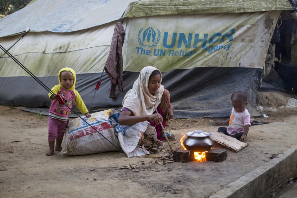 Rohingya refugees cook outside their tent in Kutupalong refugee settlement.   © UNHCR/Roger Arnold
