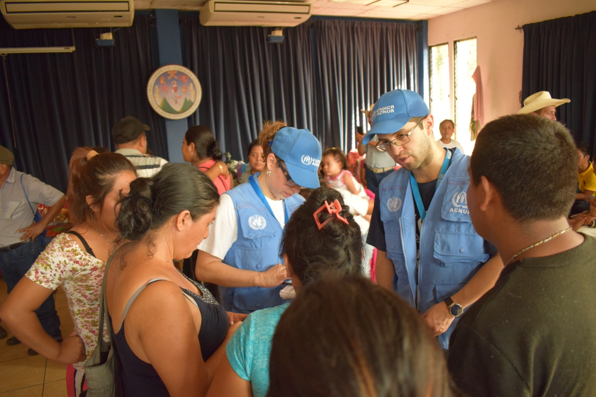 UNHCR staff talk to survivors of the Volocano Fuego eruption at the University Centre of the South, CUNSUR, which shelters approximately 214 people.  © UNHCR/Pablo Aaron Villagran Castellanos