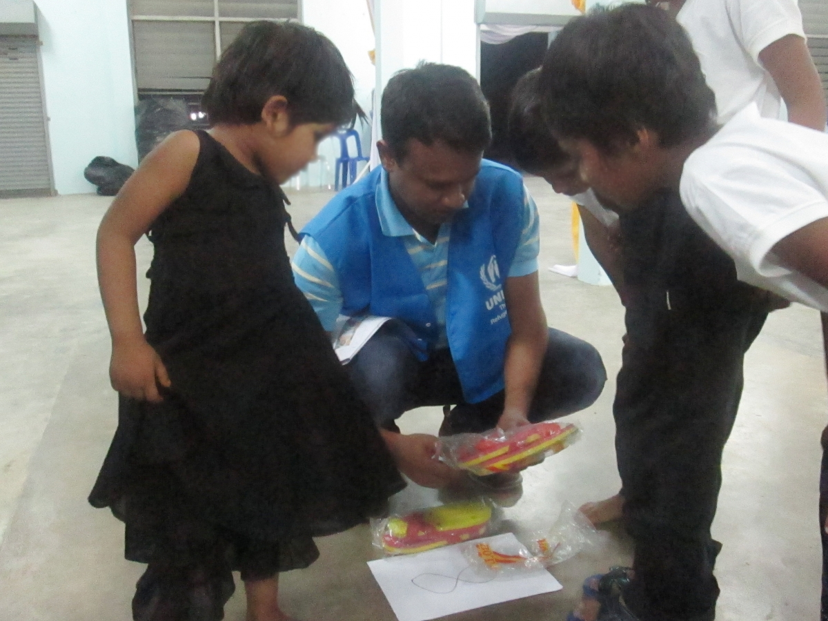 UNHCR staff is providing shoes for Rohingya children ©UNHCR
