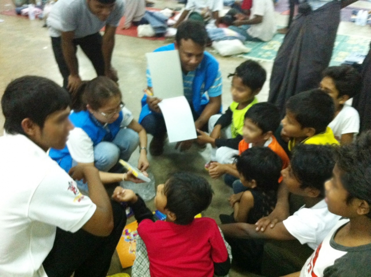 UNHCR staffs are providing recreational items to Rohingya children ©UNHCR