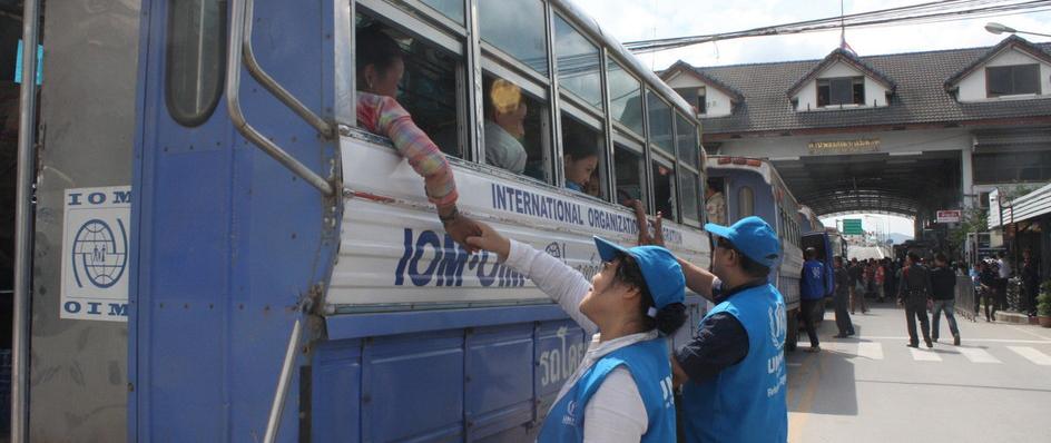 เจ้าหน้าที่ UNHCR ประจำประเทศไทยกล่าวลาผู้ลี้ภัยจากใจ ณ ชายแดนแม่สอด-เมียวดี ก่อนกลุ่มผู้ลี้ภัยเดินทางกลับประเทศโดยสมัครใจหลังจากต้องลี้ภัยเป็นระยะเวลาหลายสิบปี